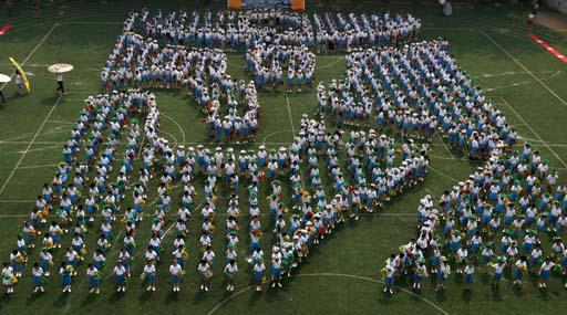 组图-北京团结湖小学排练奥运方阵 学生摆出中国印图片