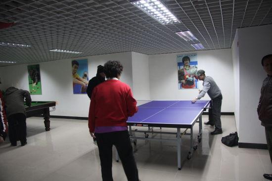 社区居民在社区活动中心打乒乓球.图片